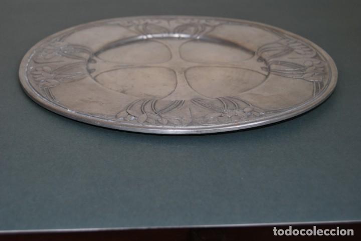 Antigüedades: PLATO DE ESTAÑO - BANDEJA - DECORACIÓN FLORAL - ESTILO MODERNISTA - LES POTSTAINIERS HUTOIS -BÉLGICA - Foto 6 - 161982842