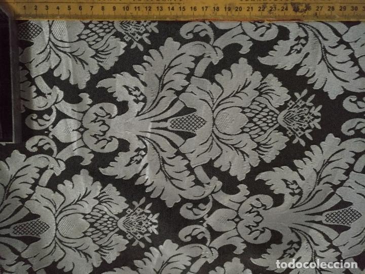Antigüedades: 5,6 m x 1,5 m esperctacular brocado o damasco negro y gris plata ideal manto traje virgen difuntos - Foto 7 - 162095722