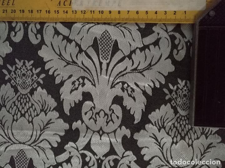 Antigüedades: 5,6 m x 1,5 m esperctacular brocado o damasco negro y gris plata ideal manto traje virgen difuntos - Foto 10 - 162095722