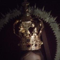 Antigüedades: CORONA DORADA PARA VIRGEN O NIÑO JESUS METAL DORADO ENRIQUECIDA CON PIEDRAS SEMIPRECIOSAS, VER FOTOS. Lote 162143790