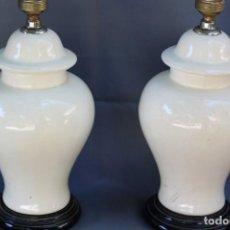Antigüedades: MAGNÍFICA PAREJA DE LAMPARAS DE CERÁMICA DE MANISES AÑOS 60 BLANCAS. Lote 162151110