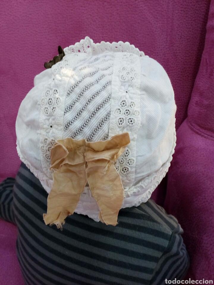 Antigüedades: Gorro de niña de pique y tira bordada años 1800-1900 - Foto 2 - 162285605
