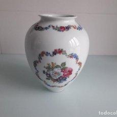 Antigüedades: JARRÓN PORCELANAS BIDASOA - BLANCO DECORADO CON FLORES - GUPÚZCOA - PAÍS VASCO - MADE IN SPAIN. Lote 162292326