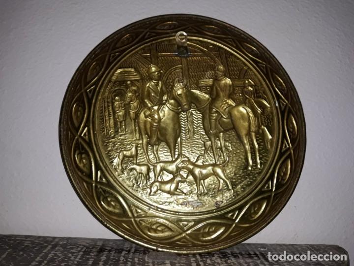 Antigüedades: plato de bronce antiguo de cazadores - Foto 2 - 112873215