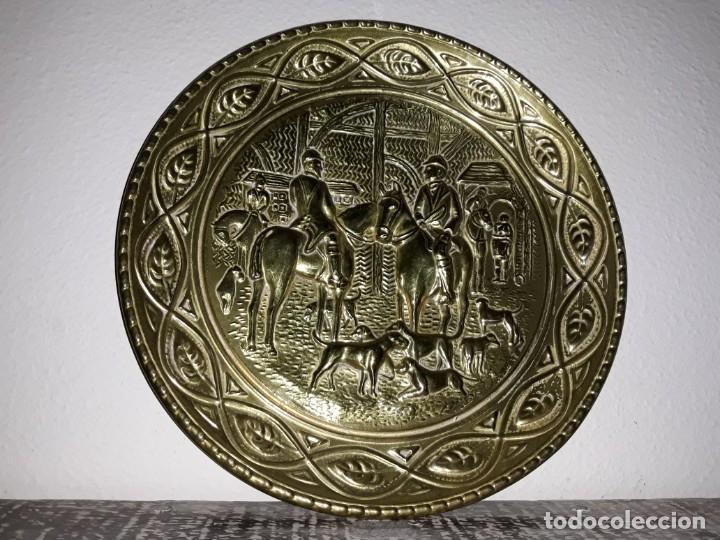 Antigüedades: plato de bronce antiguo de cazadores - Foto 5 - 112873215