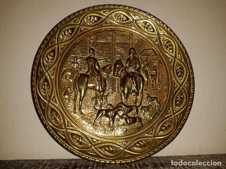 Antigüedades: plato de bronce antiguo de cazadores - Foto 4 - 112873215
