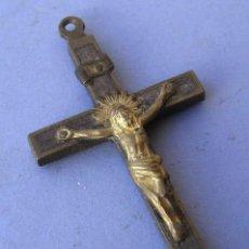 Antigüedades: CRUCIFIJO / CRUZ DE LATON Y MADERA, 4X8CM APROX. Lote 162314514