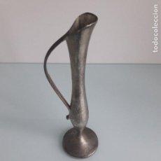 Antigüedades: JARRÓN DE METAL CON ASA - VIOLETERO METÁLICO. Lote 162315210