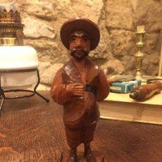 Antigüedades: FIGURA EN TALLA DE MADERA COLOREADA DE SANCHO PANZA SOBRE PEANA. Lote 162320266