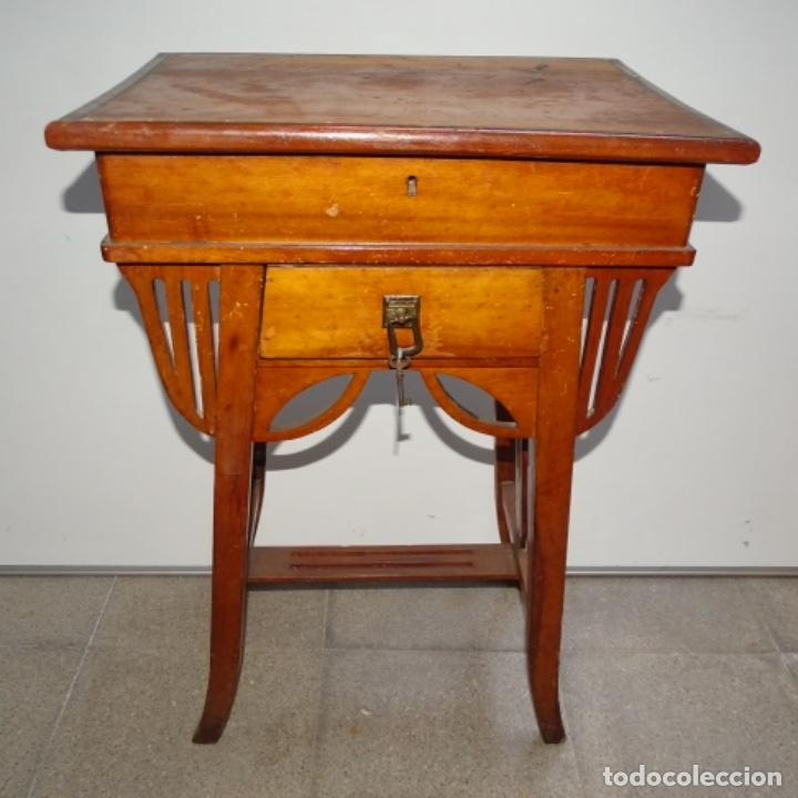 ANTIGUO COSTURERO MODERNISTA DE MADERA.BIEN CONSERVADO Y CON LLAVE ORIGINAL. (Antigüedades - Muebles Antiguos - Auxiliares Antiguos)