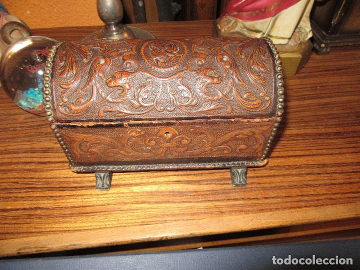 CAJA DE MÚSICA, DE PIEL REPUJADA, ARQUITA (Antigüedades - Hogar y Decoración - Cajas Antiguas)