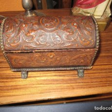 Antigüedades: CAJA DE MÚSICA, DE PIEL REPUJADA, ARQUITA . Lote 162346998