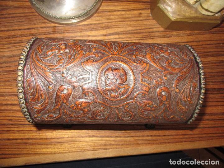 Antigüedades: CAJA DE MÚSICA, DE PIEL REPUJADA, ARQUITA - Foto 2 - 162346998