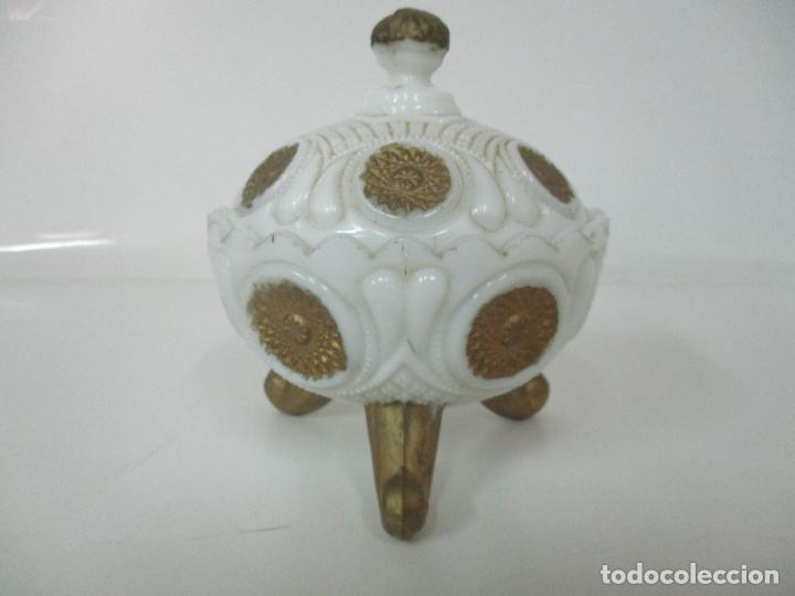 Antigüedades: Bonito Joyero, Bombonera - Cristal Opalina Blanco - Fina Talla - Motivos en Dorado -Principios S. XX - Foto 2 - 162544842