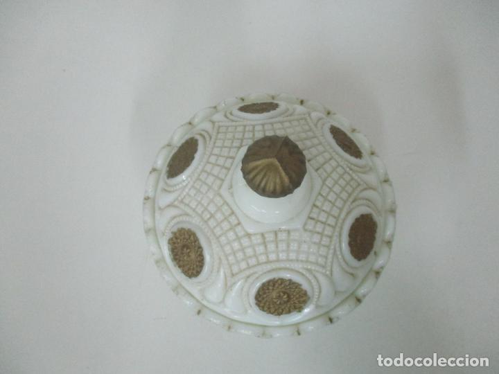 Antigüedades: Bonito Joyero, Bombonera - Cristal Opalina Blanco - Fina Talla - Motivos en Dorado -Principios S. XX - Foto 10 - 162544842