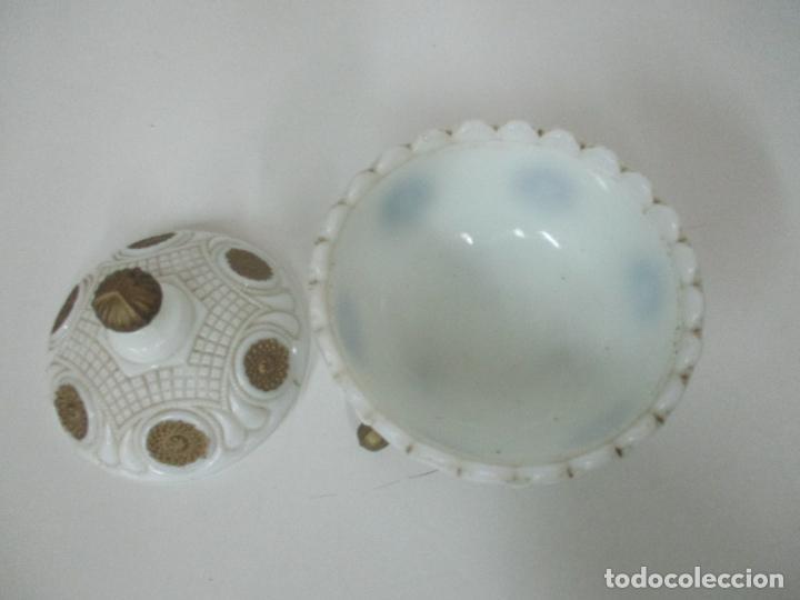 Antigüedades: Bonito Joyero, Bombonera - Cristal Opalina Blanco - Fina Talla - Motivos en Dorado -Principios S. XX - Foto 11 - 162544842