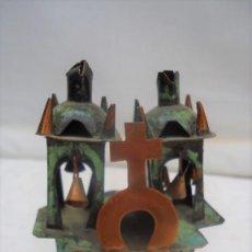 Antigüedades: ANTIGUA MINIATURA DE IGLESIA O CAPILLA ARTESANA DE COBRE PATINADA. Lote 162560102