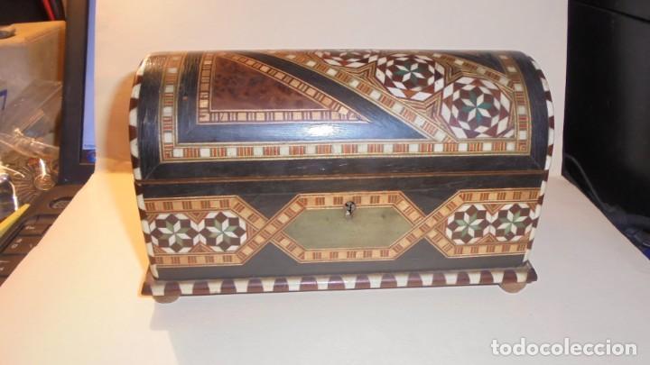 ANTIGUA CAJA ARABESCA DE TARACEA MARFIL O HUESO Y DIFERENTES MADERAS FINAL S. XIX PRINCIPIO DEL S. (Antigüedades - Hogar y Decoración - Cajas Antiguas)