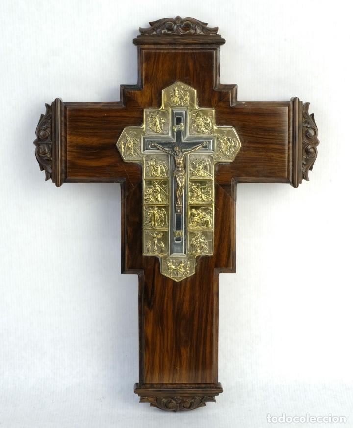 CRISTO CON SU VÍA CRUCIS EN LA CRUZ EN METAL SOBRE CRUZ DE MADERA SIGLO XX (Antigüedades - Religiosas - Crucifijos Antiguos)