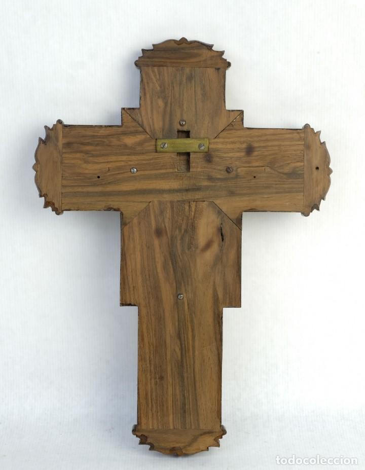 Antigüedades: Cristo con su Vía Crucis en la cruz en metal sobre cruz de madera siglo XX - Foto 2 - 162627102