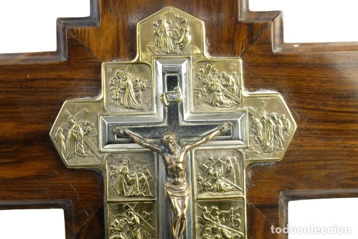 Antigüedades: Cristo con su Vía Crucis en la cruz en metal sobre cruz de madera siglo XX - Foto 3 - 162627102