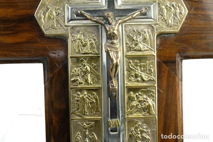 Antigüedades: Cristo con su Vía Crucis en la cruz en metal sobre cruz de madera siglo XX - Foto 4 - 162627102