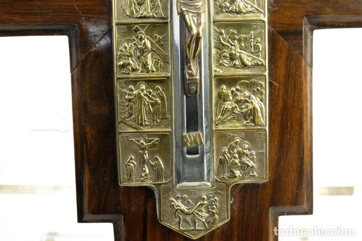 Antigüedades: Cristo con su Vía Crucis en la cruz en metal sobre cruz de madera siglo XX - Foto 5 - 162627102