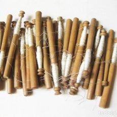 Antigüedades: LOTE DE 32 BOLILLOS ANTIGUOS DE MADERA DE 11 CENTÍMETROS DE ALTO. Lote 162714602