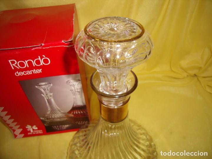 Antigüedades: Botella licorera cristal decoración dorada, Fidenza Idee In vetro, Italia, años 70, Nuevo en su caja - Foto 2 - 162773306