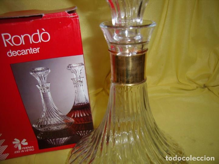 Antigüedades: Botella licorera cristal decoración dorada, Fidenza Idee In vetro, Italia, años 70, Nuevo en su caja - Foto 3 - 162773306