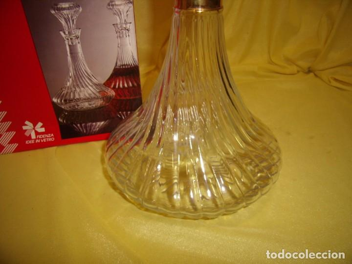 Antigüedades: Botella licorera cristal decoración dorada, Fidenza Idee In vetro, Italia, años 70, Nuevo en su caja - Foto 4 - 162773306