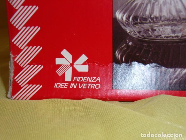 Antigüedades: Botella licorera cristal decoración dorada, Fidenza Idee In vetro, Italia, años 70, Nuevo en su caja - Foto 9 - 162773306