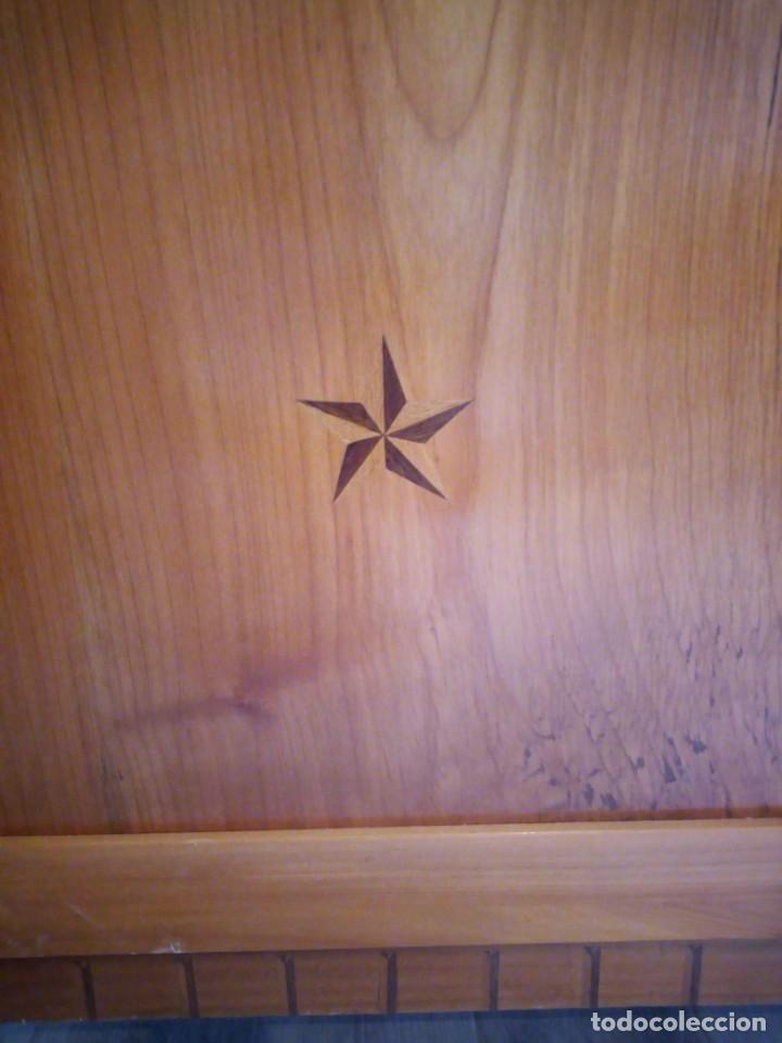 Antigüedades: Antigua vitrina de madera noble con estrellas de marquetería.Llaves originales.Años 20/30 - Foto 7 - 162794706