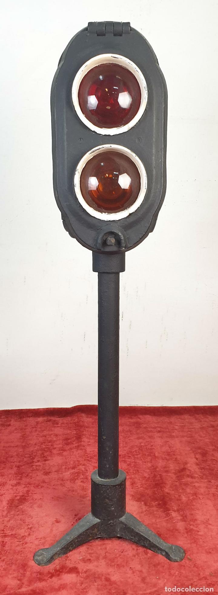 SEÑAL FERROVIARIA DOBLE. SEÑAL DE PARADA Y PRECAUCIÓN. RENFE. CIRCA 1970. (Antigüedades - Iluminación - Faroles Antiguos)