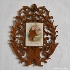 Antigüedades: ESTAMPA LITOGRAFIADA DE SAN ANTONIO DE PADUA CON RELIEVE Y TELA SOBRE MARCO DE MARQUETERÍA CALADA. Lote 162887914