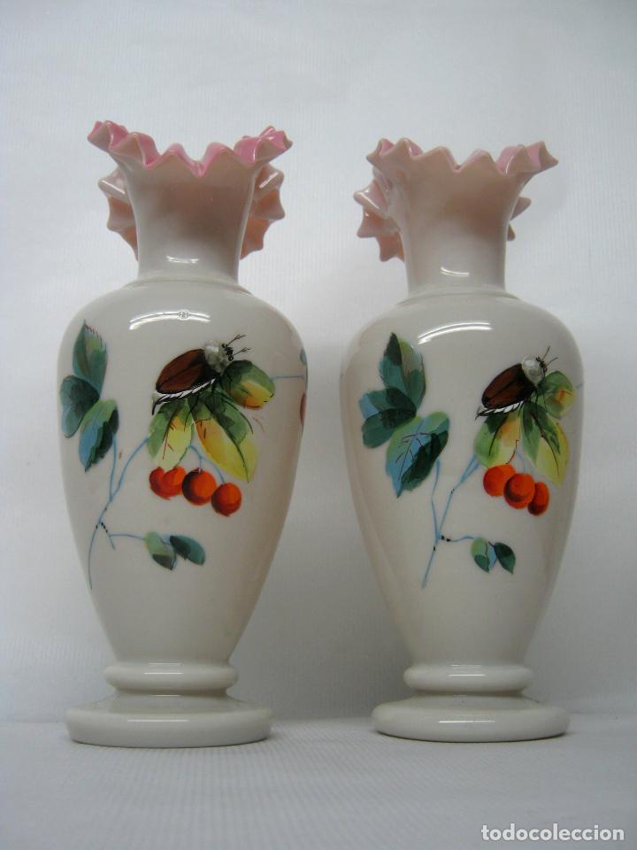 Antigüedades: Pareja de jarrones en cristal opalina vaselina isabelinos S.XIX - perfectos - pinturas con insectos - Foto 3 - 162896454