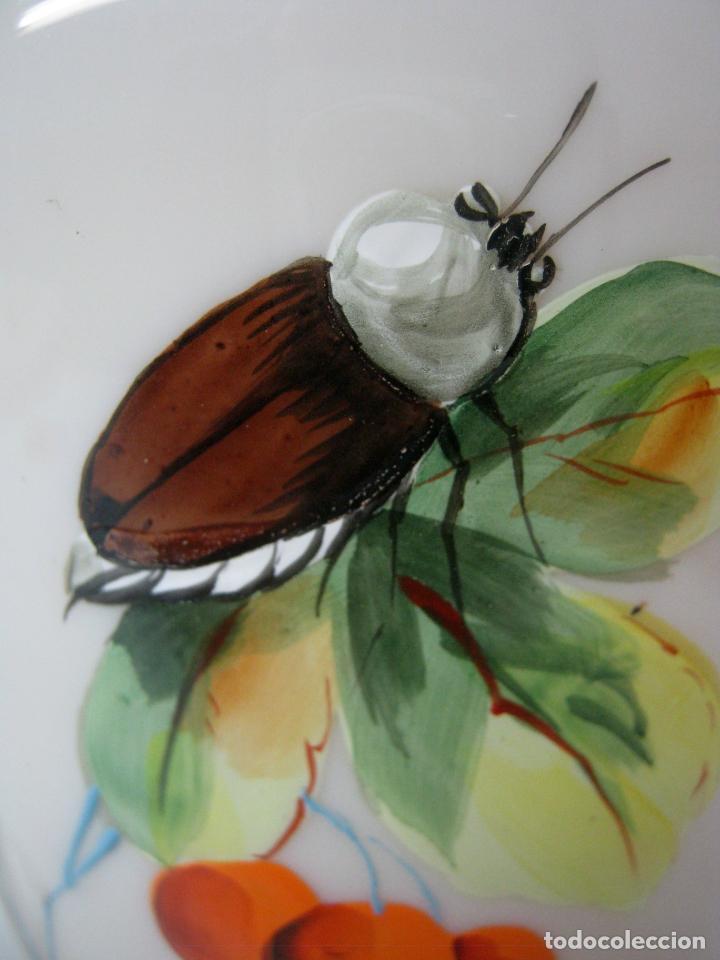 Antigüedades: Pareja de jarrones en cristal opalina vaselina isabelinos S.XIX - perfectos - pinturas con insectos - Foto 6 - 162896454