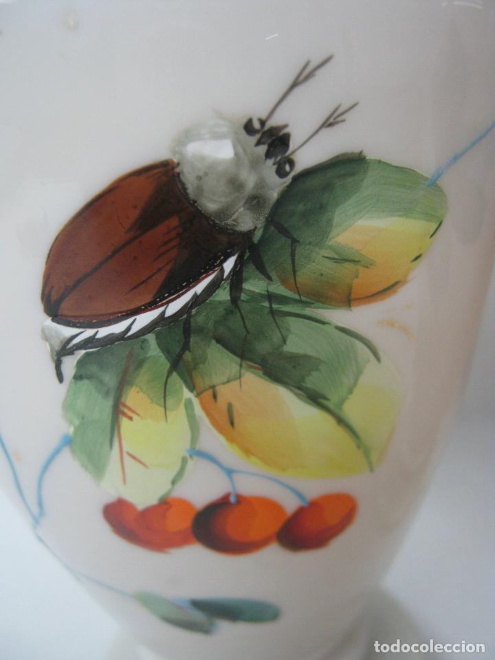 Antigüedades: Pareja de jarrones en cristal opalina vaselina isabelinos S.XIX - perfectos - pinturas con insectos - Foto 7 - 162896454