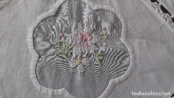 Antigüedades: ANTIGUA MANTELERIA CON 10 SERVILLETAS BORDADA A MANO CON TELA SOBREPUESTA Y CROCHET - Foto 5 - 162936778
