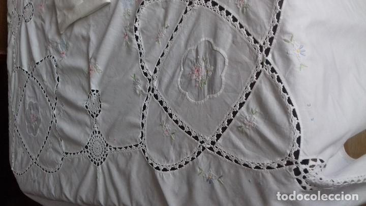 Antigüedades: ANTIGUA MANTELERIA CON 10 SERVILLETAS BORDADA A MANO CON TELA SOBREPUESTA Y CROCHET - Foto 8 - 162936778