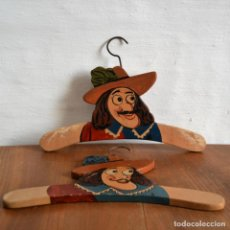 Antigüedades: JUEGO DE DOS ANTIGUAS PERCHAS DE MADERA PINTADAS A MANO * CAPITÁN GARFIO. Lote 162940950