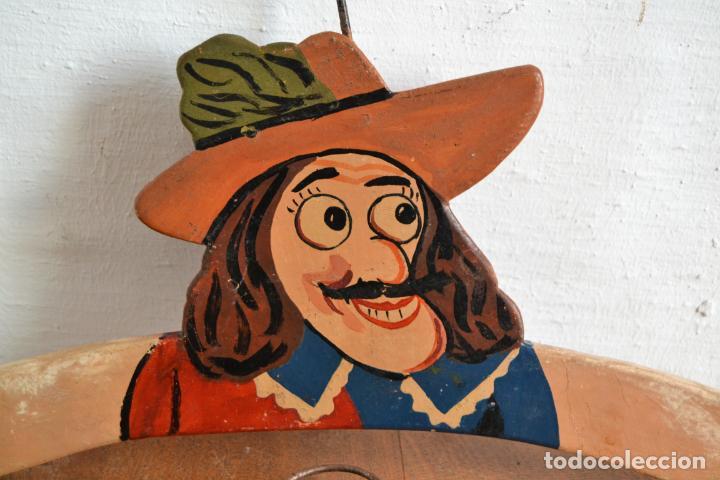 Antigüedades: JUEGO DE DOS ANTIGUAS PERCHAS DE MADERA PINTADAS A MANO * CAPITÁN GARFIO - Foto 2 - 162940950