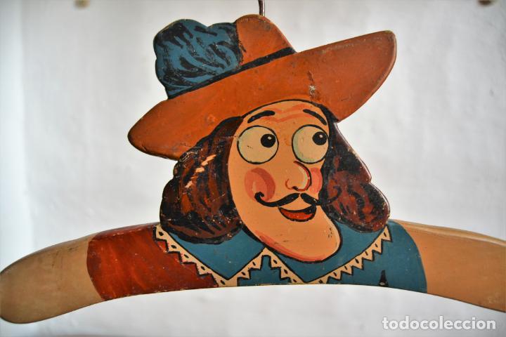 Antigüedades: JUEGO DE DOS ANTIGUAS PERCHAS DE MADERA PINTADAS A MANO * CAPITÁN GARFIO - Foto 4 - 162940950