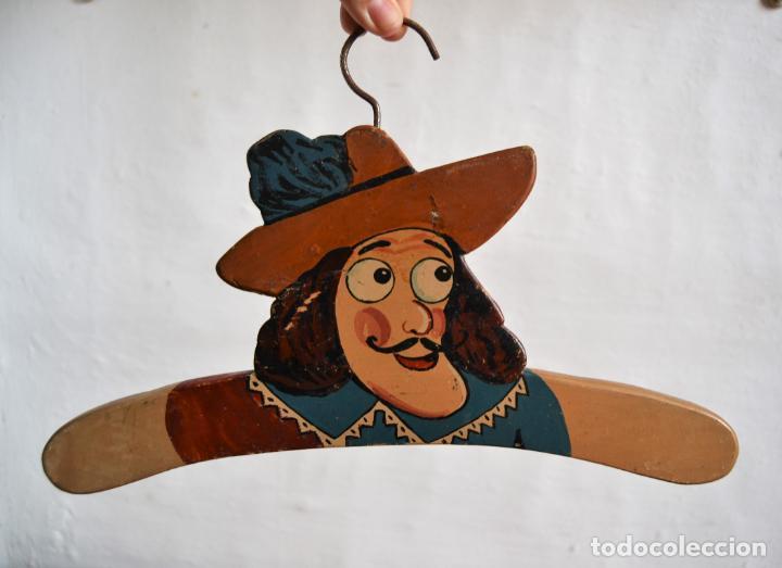 Antigüedades: JUEGO DE DOS ANTIGUAS PERCHAS DE MADERA PINTADAS A MANO * CAPITÁN GARFIO - Foto 5 - 162940950