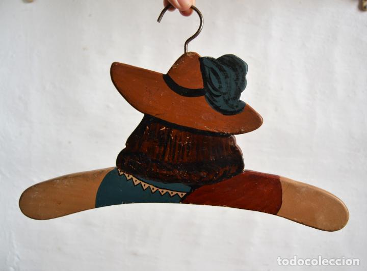 Antigüedades: JUEGO DE DOS ANTIGUAS PERCHAS DE MADERA PINTADAS A MANO * CAPITÁN GARFIO - Foto 6 - 162940950