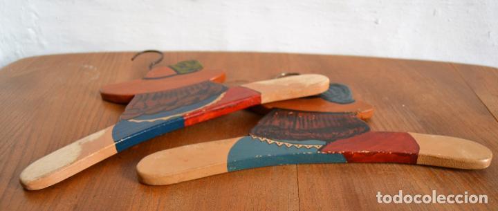 Antigüedades: JUEGO DE DOS ANTIGUAS PERCHAS DE MADERA PINTADAS A MANO * CAPITÁN GARFIO - Foto 7 - 162940950