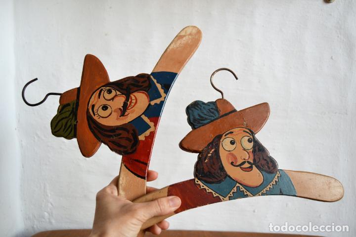 Antigüedades: JUEGO DE DOS ANTIGUAS PERCHAS DE MADERA PINTADAS A MANO * CAPITÁN GARFIO - Foto 9 - 162940950