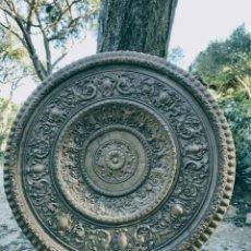 Antigüedades: GRAN ROSETÓN DE CERÁMICA DE DECORACIÓN ANTIQUE UNIQUE.. Lote 162943552