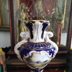 Antigüedades: PRECIOSO JARRON CRATERA CERAMICA PINTADO CON FILOS DE ORO , IDEAL CAPILLA VIRGEN 24 CM . Lote 162945798