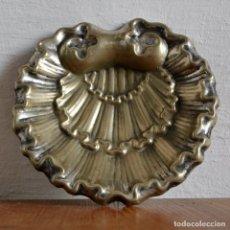 Antigüedades: ANTIGUA BENDITERA CONCHA DE BAUTISMO * METAL PLATEADO. Lote 162949930